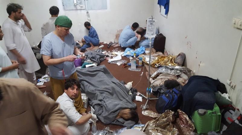 爆撃直後破壊を免れた建物での応急措置 © MSF