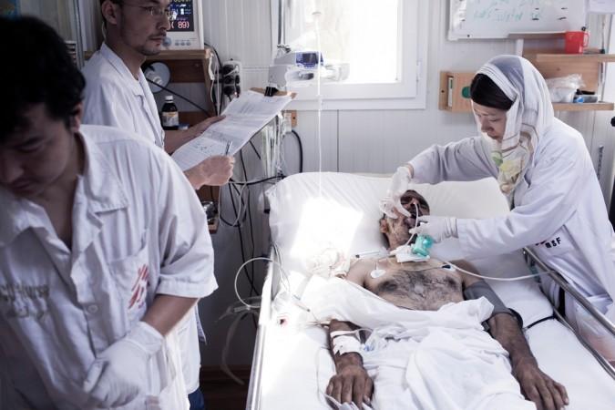 爆撃前に国境なき医師団の病院で働く日本人女性外科医 © Mikhail Galustov/MSF