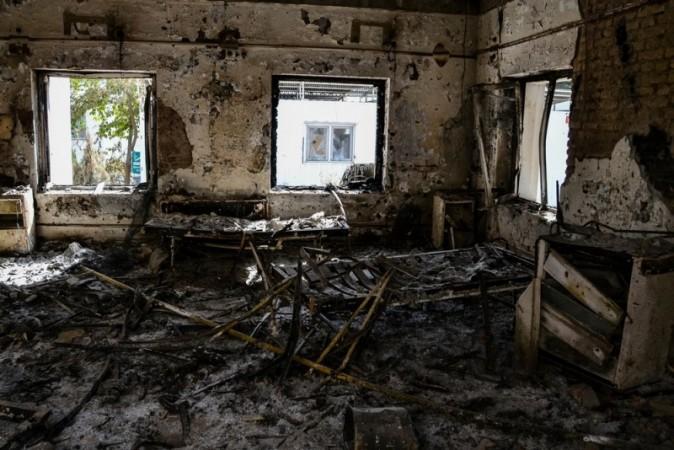 30人が殺された爆撃の跡 © Dan Sermand/MSF