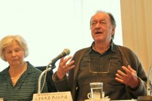 2010/10/25 記者会見するアーノンクール、左はアリス夫人@ホテル・オークラ