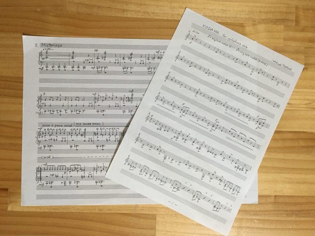 マリンバのための「セルバにて」(左) と、木琴のための「木霊」(右)