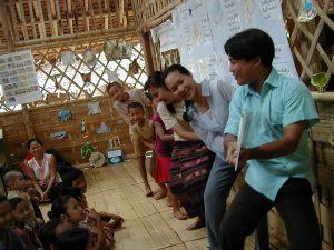 ミャンマーの難民キャンプで「大きなかぶ」を読み聞かせる。(シャンティ国際ボランティア会)