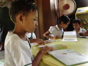 絵本に夢中なミャンマーの少年(シャンティ国際ボランティア会)